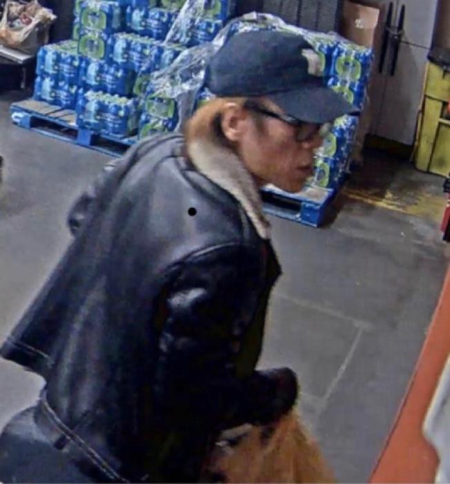 該名男子日前涉嫌入室竊盜,偷走法拉盛華女大量值錢品及中國護照,遭到警方通緝。(取自109分局推特)