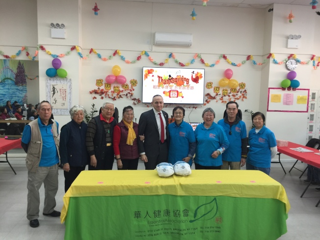 布碌崙(布魯克林)華人健康協會日前在班森賀舉行慶祝感恩節活動,邀請數十名華裔耆老一起享受美食、欣賞表演,之後還舉行了包餃子比賽,互道節日祝福。活動上歡聲笑語不斷,耆老們以四人一組在規定時間內比賽看哪組包的餃子又快又好,最後評選出包餃子優勝者,並頒發獎狀與紅包。市議員崔馬克(Mark Treyger)也帶火雞前來向耆老祝賀節日,他希望大家能在感恩節多和家人相聚,享受天倫之樂。(圖與文:記者黃伊奕)