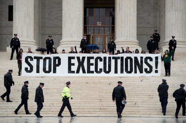 聯邦最高法院6日暫時擋下川普政府立即恢復聯邦死刑的要求。圖為反對死刑者2017年在最高法院前抗議。(Getty Images)