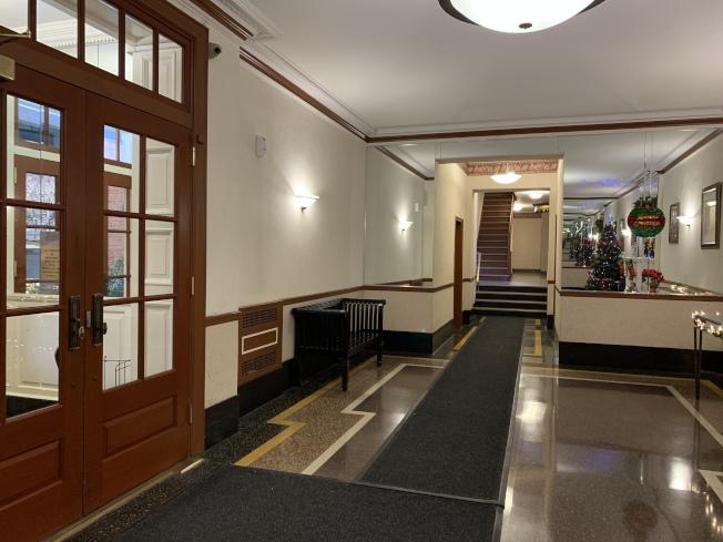 劉傳凱在皇后區森林小丘的公寓樓內約有50%華裔住戶,但門禁嚴格分為左右兩區,鄰里間不常往來。(記者賴蕙榆/攝影)