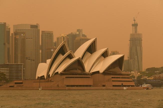 雪梨近郊的超級大火,讓雪梨港區煙霧瀰漫。(歐新社)