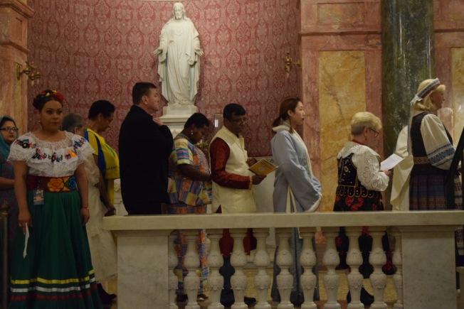神職人員當天穿著代表自己國家的傳統服飾,用各自所代表的國家語言進行祈禱。(記者顏潔恩/攝影)