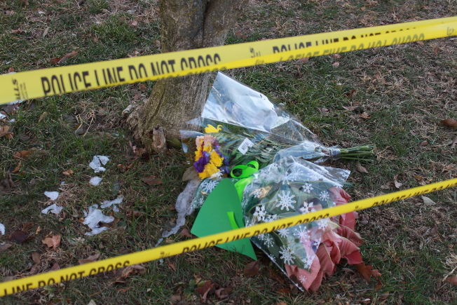 案發住宅外有民眾擺放哀悼花束。(記者張晨/攝影)