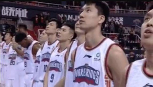 南京同曦法籍外援亞布塞萊(中)因在對陣浙江比賽前的奏唱中國國歌儀式過程中未行注目禮,遭罰款1萬人民幣。(取材自微博)