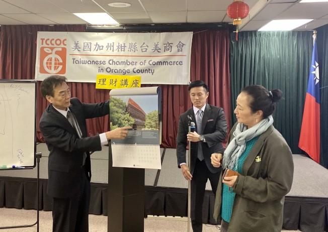 橙僑文教中心主任蔣翼鵬(左)介紹贈予來賓的台灣掛曆。(記者尚穎/攝影)
