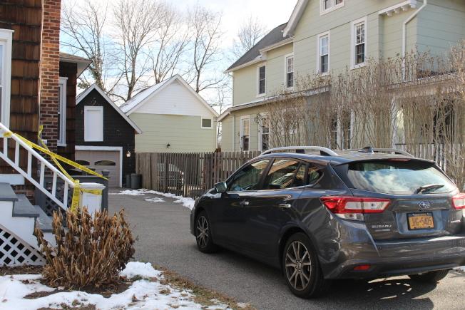 炭灰色私家車停在屋旁車道,彷彿屋主還在。(記者張晨/攝影)