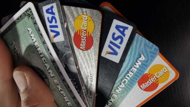 如今信用卡盜刷頻繁發生,不少人以為,只要打電話給銀行換張新卡就萬事大吉,其實不然。(美聯社)