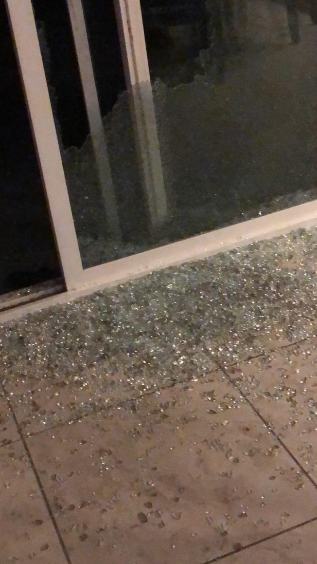 遭竊盜進入居民家被砸碎窗子。(東谷居民提供)
