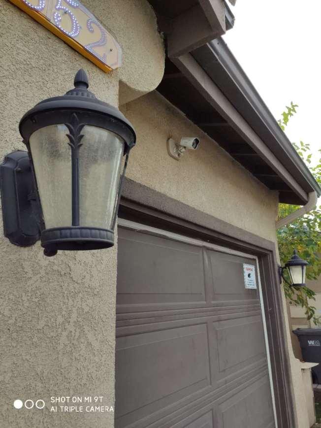 有居民建議,除了安裝監控系統,安照LED光控照明燈,也是保安方法之一。(黃樹梧提供)