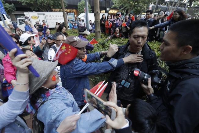 「愛國護港大集會」集會者多次包圍及拉扯記者。(美聯社)