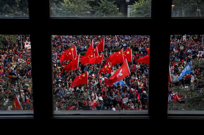 數千名親北京的香港民眾7日在香港島港灣道花園舉行「愛國護港」活動,不少人手持五星旗、香港區旗或標語,以行動表達支持香港警察、反對暴力。(路透)