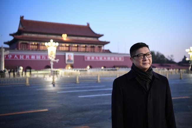 香港新任警務處長鄧炳強7日到北京天安門廣場觀看升旗儀式。(中新社)