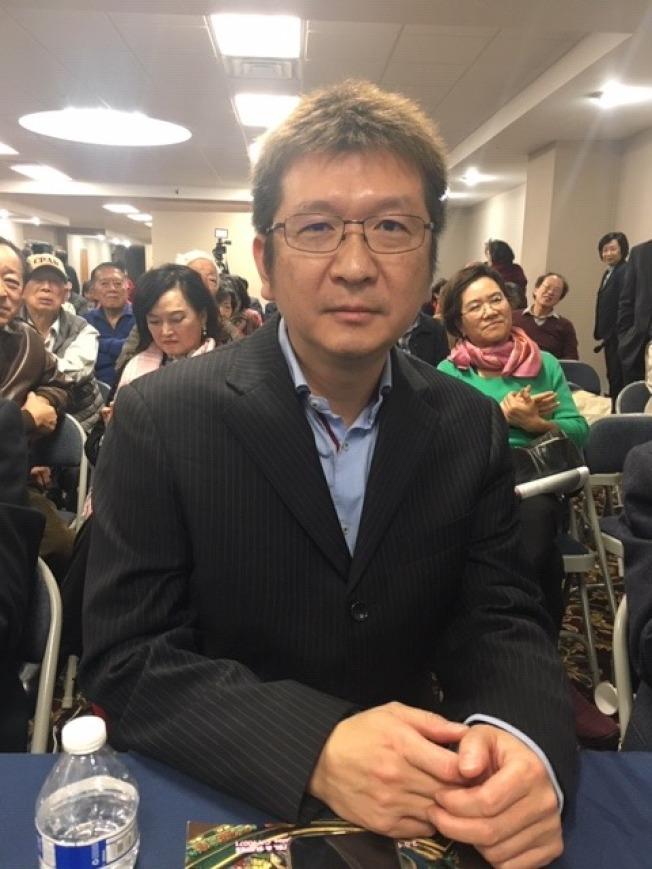 美西華人學會前會長汪康熙博士7日在研討會上講述他獲得南加大工程學博士的過程。(記者楊青/攝影)