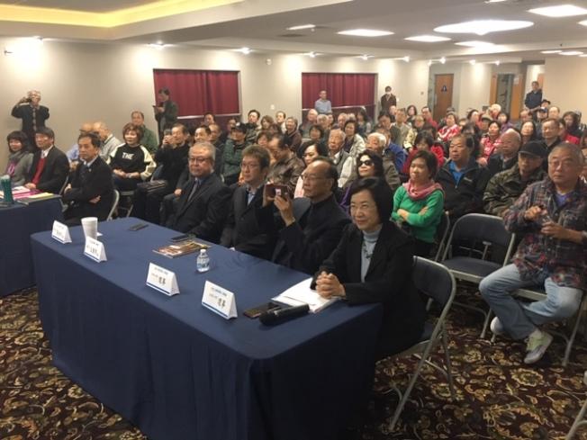 美西華人學會研討會解碼蔡英文論文真僞,會場擠滿聽眾。(記者楊青/攝影)