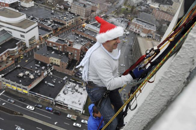 洋基總管凱許曼參加高空垂降。(美聯社)