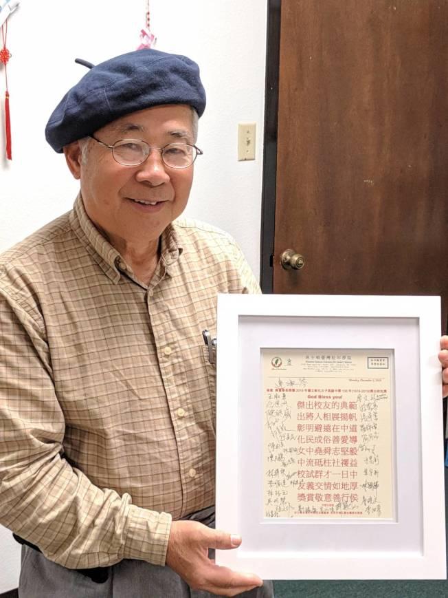 許勝弘寫下藏頭詩,還請松年學院的大家在旁簽名,要送給陳美芬。(記者蕭永群/攝影)