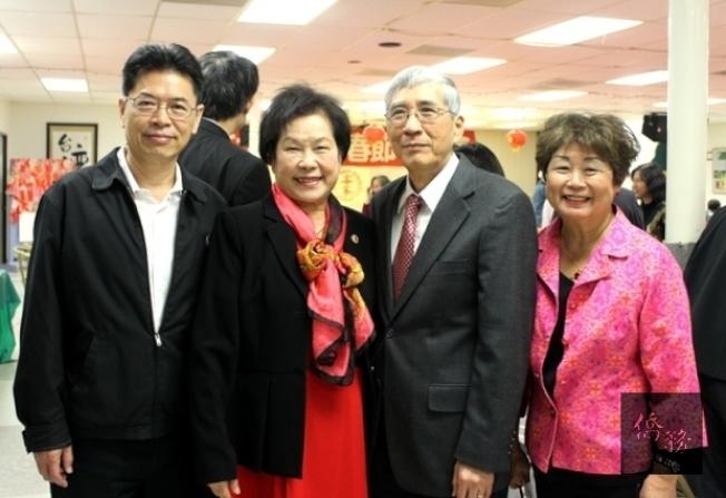 陳美芬(左二)獲頒彰化女中百年校慶榮譽校友。(僑務電子報)