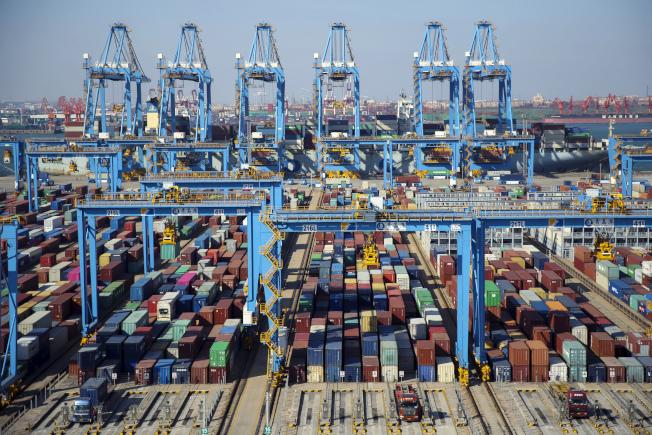 美中貿易戰角力持續。圖為青島港。(美聯社)