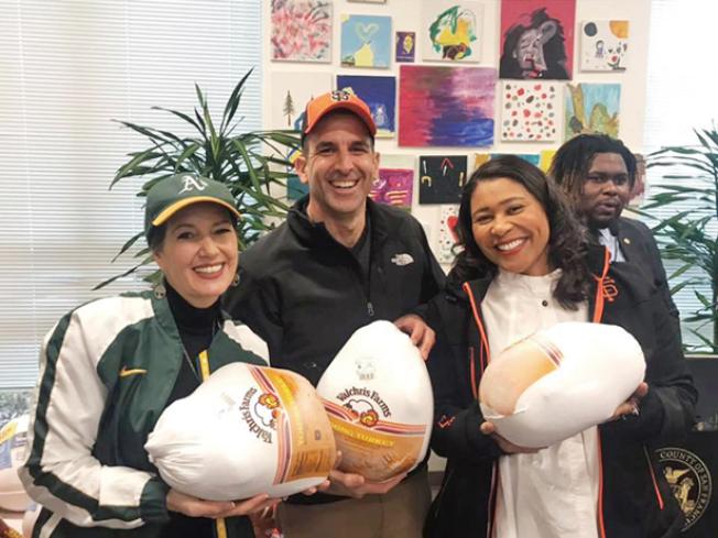 灣區三大城的市長布里德、薛麗比和李卡多一起參加第13屆送火雞大會。今年,在舊金山送出的火雞達5500隻。(照片由市長辦公室提供)