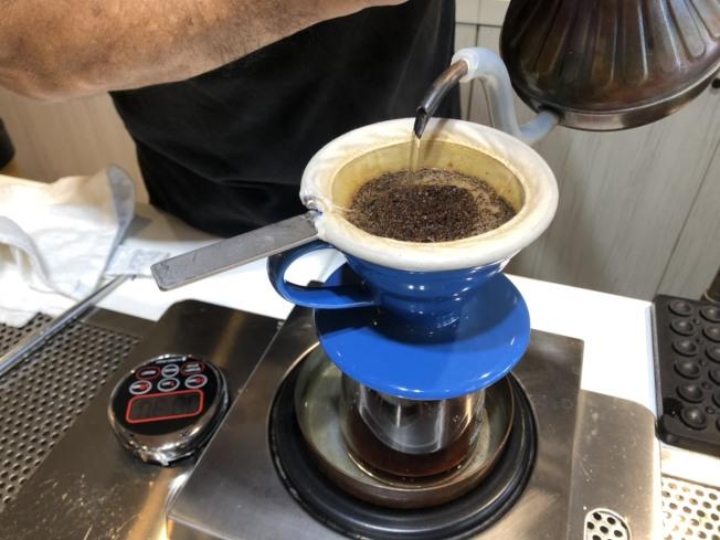 咖啡因是一種利尿劑,冬天喝了人更容易小便,這會使身體散熱更快。(本報資料照片)