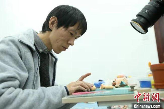 徐時歡自2013年女兒出生起,便用一雙巧手為女兒捏出各種黏土玩具。(取材自中新網)