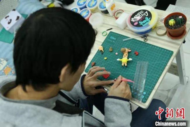 一把尺、一把塑料刀,各色黏土在徐時歡手中經過揉、捏、壓、貼後,便以不同的形象「面世」。(取材自中新網)