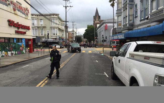 圖為金山米慎區警察開槍擊中嫌犯的現場。(取自推特)