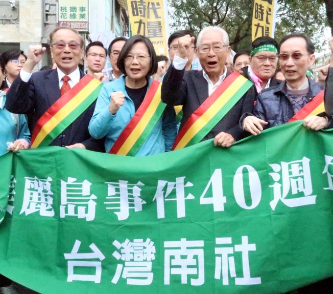 蔡英文總統(中)7日臨時決定參加美麗島事件40周年「守民主護台灣遊行」。記者徐如宜/攝影