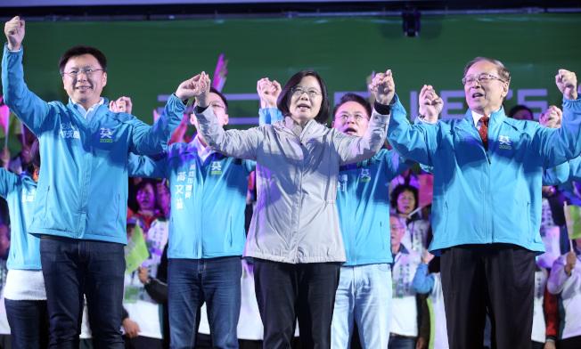 蔡英文總統(中)7日回防南台灣,表示這次選舉要展現「護國保台的一票」。記者劉學聖/攝影