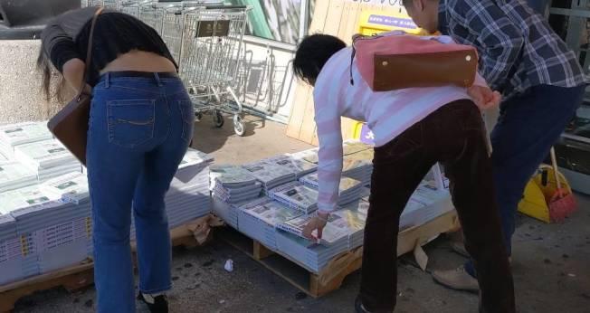惠康超市領取人潮也絡繹不斷。(記者蕭永群/攝影)