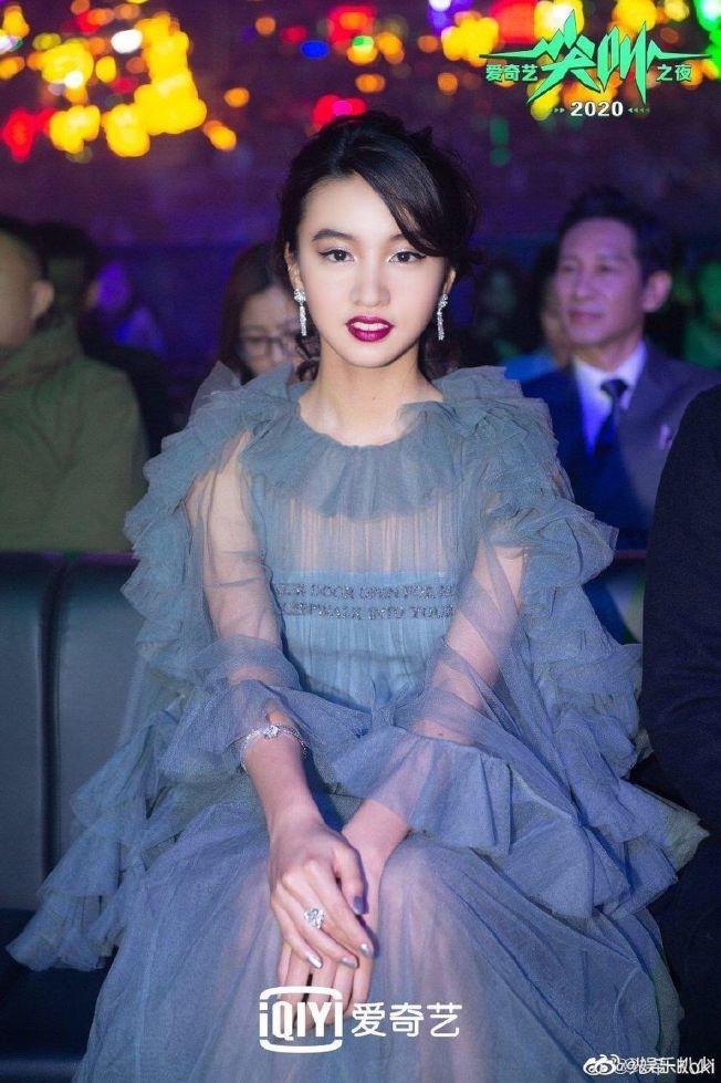 木村光希獲頒「亞洲新銳藝人獎」,但一身造型和妝容卻遭網友狠批老氣。(取材自微博)