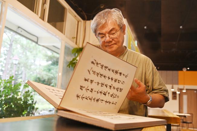 楊儒賓把任教清大30年的薪水都投入文物收藏,7日將畢生收藏捐贈給清大。(圖:清大提供)