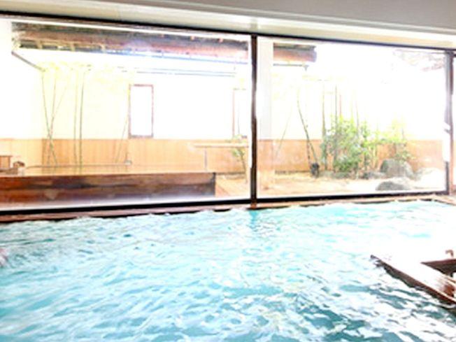 高雄市觀音山風景區一家SPA生活館,傳出有年輕男女在湯池公然做出愛做的事。(圖:讀者提供)