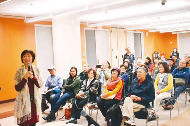巫一毛(左)的演講會現場座無虛席。她感慨父親巫寧坤1951年選擇離開芝加哥大學回國,成為人生轉折點。(記者黃少華/攝影)