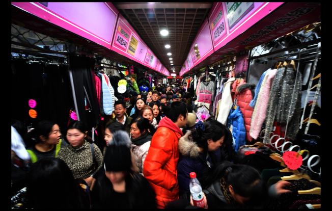 已經關閉的北京動批曾經人流如織,風光一時。(新華社)