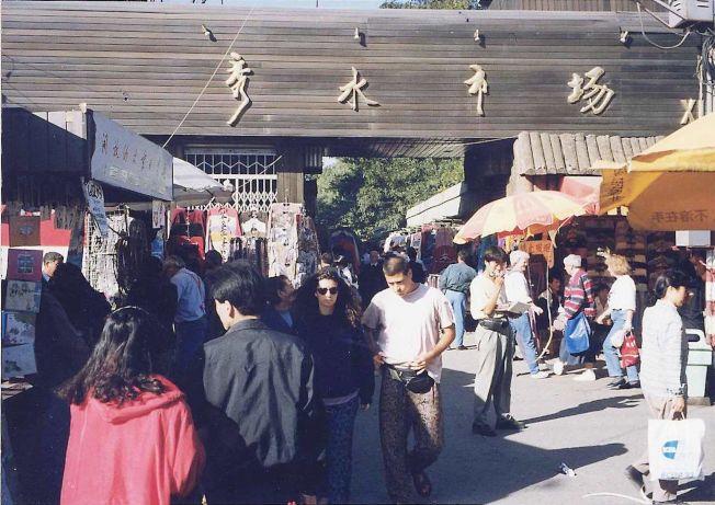 已經消失的北京秀水市場,當年以販賣各種仿冒品而聞名。(本報資料照片)