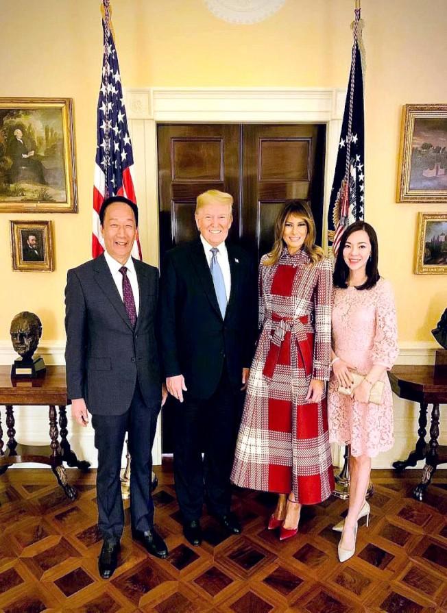 鴻海集團創辦人郭台銘(左一)在個人粉專分享與美國總統川普夫婦合照。 (圖:郭台銘臉書粉絲專頁)