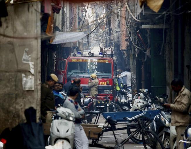 新德里一間工廠慘遭祝融之災,現場巷弄相當狹窄。(美聯社)