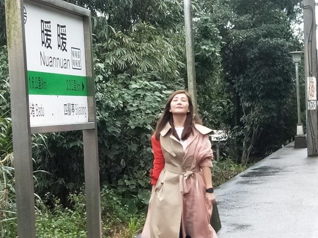梁靜茹重回暖暖火車站,重溫當年拍MV的回憶。(記者游明煌/攝影)