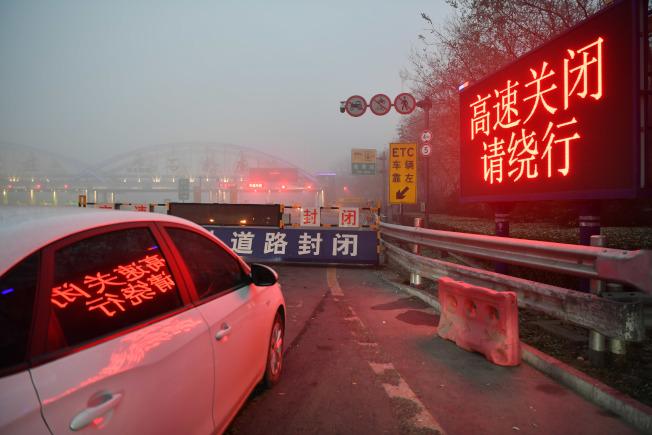12月8日,河北省氣象台發布大霧紅色預警信號,霧區高速公路關閉。圖為石家莊一高速上道口因霧關閉。(中新社)