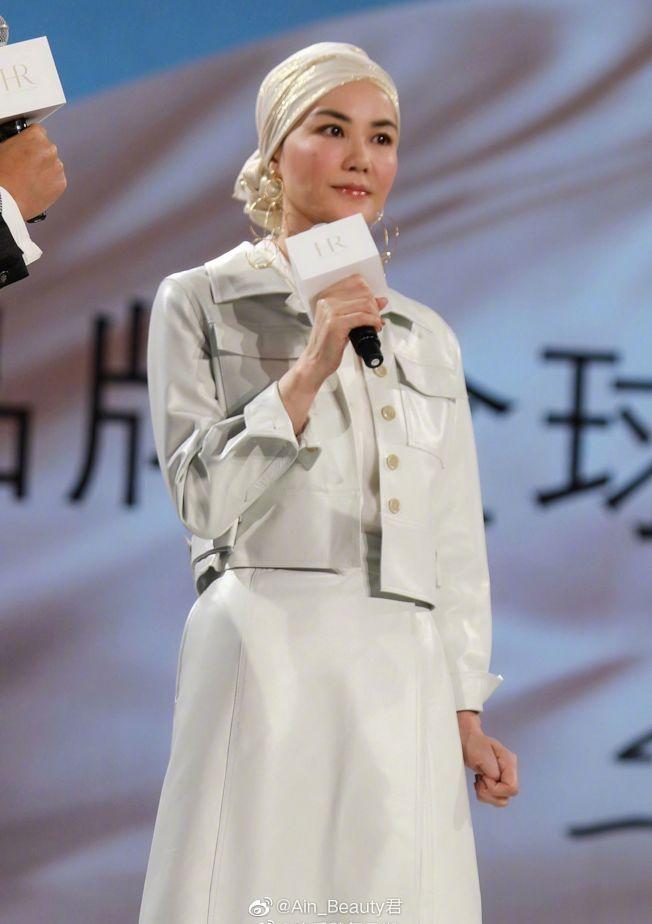 王菲接下HR赫蓮娜全球代言人,頭戴香檳色包巾出席活動。(取材自微博)