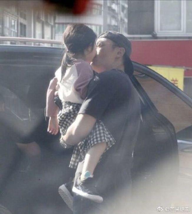 霍建華(右)將女兒交給車內家人前又親了一次。(取材自微博)