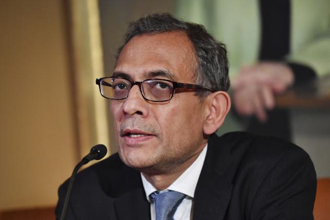 2019年諾貝爾經濟學獎得主巴納吉(Abhijit Banerjee)表示,如果美國想解決貧窮問題,必須先大幅調高稅率。美聯社