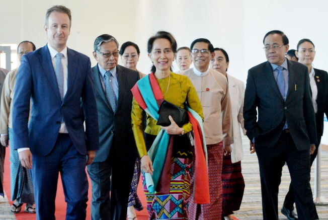 緬甸實質國家領導人翁山蘇姬(中)8日啟程前往荷蘭海牙,準備10-12日出席國際法院聽證會,為緬甸被控屠殺洛興雅族辯護。歐新社
