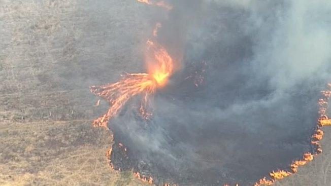 澳洲東岸野火災情,繼5日執勤消防員拍下「樹冠火」驚險畫面,7日曝光一段空拍畫面顯示,昆士蘭伊普斯威奇市郊區出現火龍捲。當局隨即發出警告,呼籲民眾應盡快逃離野火。路透