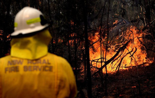 澳洲叢林野火肆虐產生的大量煙霾,8日擴散到首都坎培拉。在野火災情最慘重的新南威爾斯省(圖),部分地區10日氣溫預估將飆破攝氏40度,且陣陣強勁西風很可能助長火勢,消防人員正嚴陣以待。 歐新社