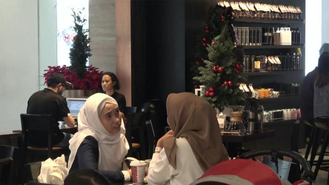 印尼伊斯蘭最高機構、伊斯蘭學者理事會曾發布教令,禁止商家要求穆斯林員工在耶誕節穿戴耶誕服裝,也建議商家不要擺出耶誕裝飾。圖為雅加達購物中心的咖啡店。中央社