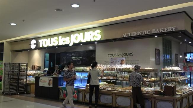 南韓著名烘焙店多樂之日位於雅加達的某門市之前公告,不會在蛋糕寫上耶誕祝語或與情人節、農曆新年相關的祝福。公告引起爭議後,公司發聲明致歉。中央社