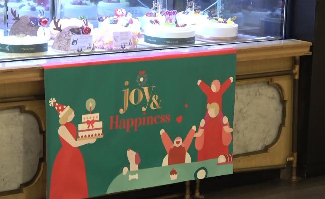 印尼伊斯蘭最高機構、伊斯蘭學者理事會表示,穆斯林烘焙店可提供寫下耶誕快樂字樣的蛋糕給消費者帶回家,但不可以展示在店裡。圖為雅加達多樂之日的蛋糕櫥窗,看得出耶誕節氣氛,但沒有耶誕祝語。中央社