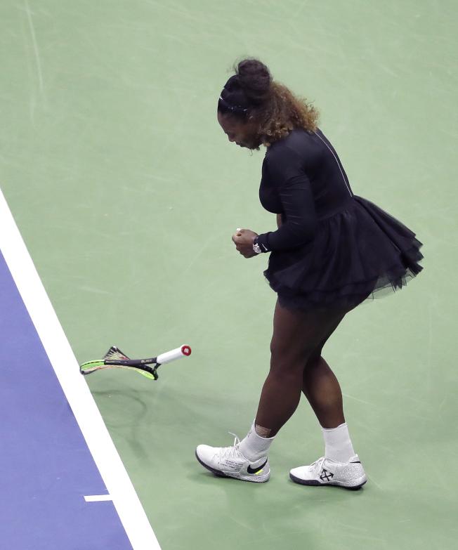 小威廉絲去年9月在美國公開賽決賽中砸壞球拍,賽後她將球拍送給一名男大生球童。(美聯社)